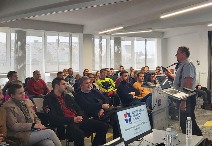 Miroslav Varga drži predavanje pred punom učionicom
