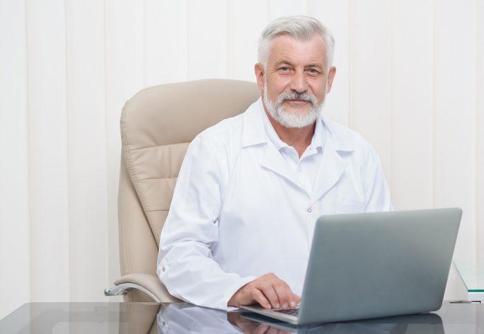 Senior čovek za kompjuterom