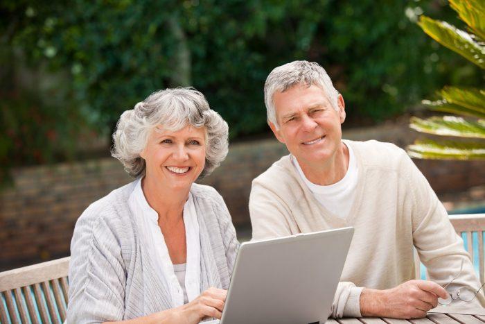 Stariji par za kompjuterom